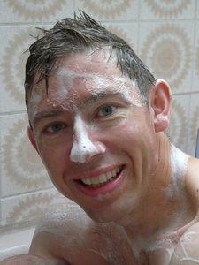 シャンプーする白人男性